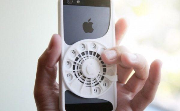 iPhoneに昔風の電話のダイヤルを持たせるケース