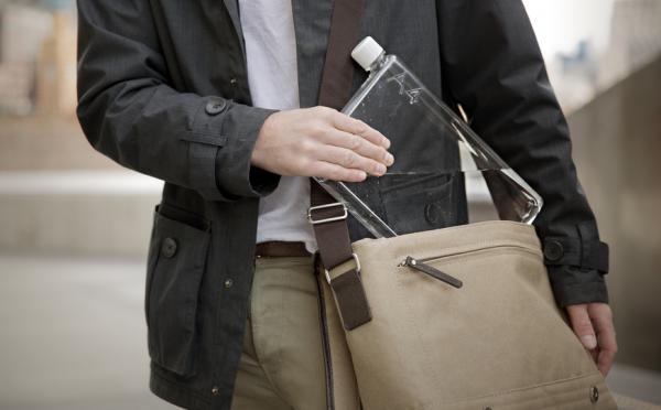 書類サイズの水筒 Memobottle はA4やA5の書類鞄にフィットする形