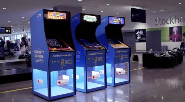 余らせた外国コインでプレイできる、スウェーデンの空港のレトロゲーム機 Charity Arcade