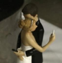 ウェデイングケーキに乗った新郎新婦の飾り人形がとても今風