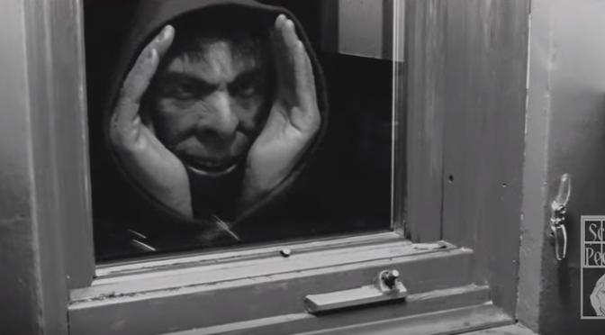 """リアルな覗き男人形""""Scary Peeper Creeper""""がカナダで販売中止に"""