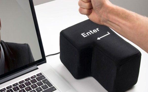 本当にパソコンに繋いで入力できる、巨大エンターキークッション